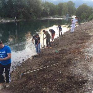 received_10214766888219635-300x300 Rinia e Dobovjanit në aksion pastrimi (Foto)